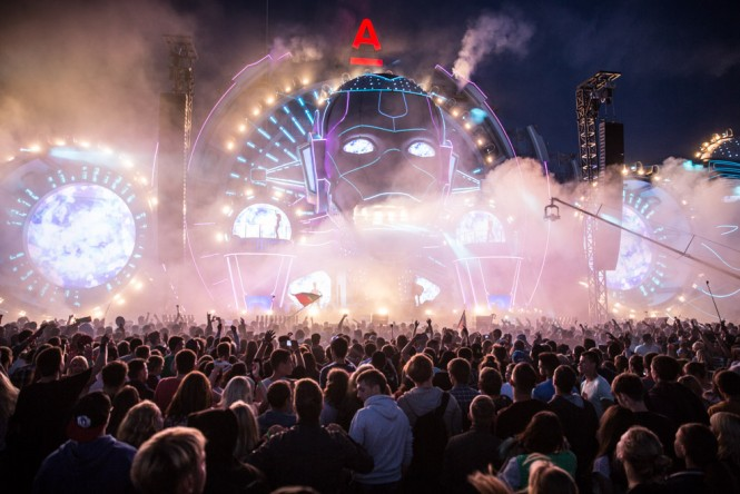 A night-time performance at the Alfa Future People EDM festival.