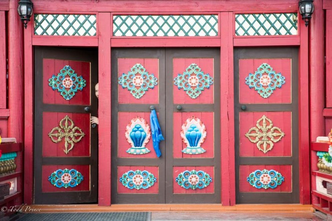 The colorful doors to the Etigel Khambin temple, where the well-perserved body of the 12th Pandito Hambo Lama lies.