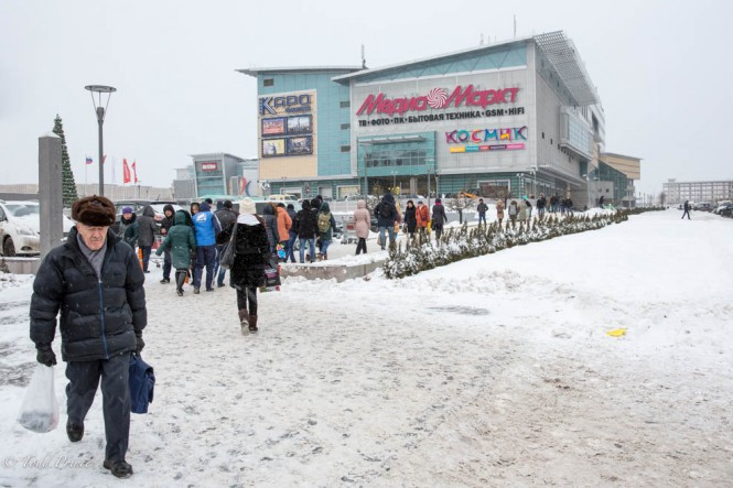 Russians leaving a shopping mall on Dec. 31. Russians exchange gifts on New Year eve and New Year's day.